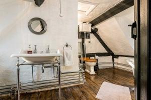 Brookside Cottage Bathroom Featured5