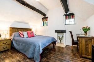 Brookside Cottage Bedroom Featured2